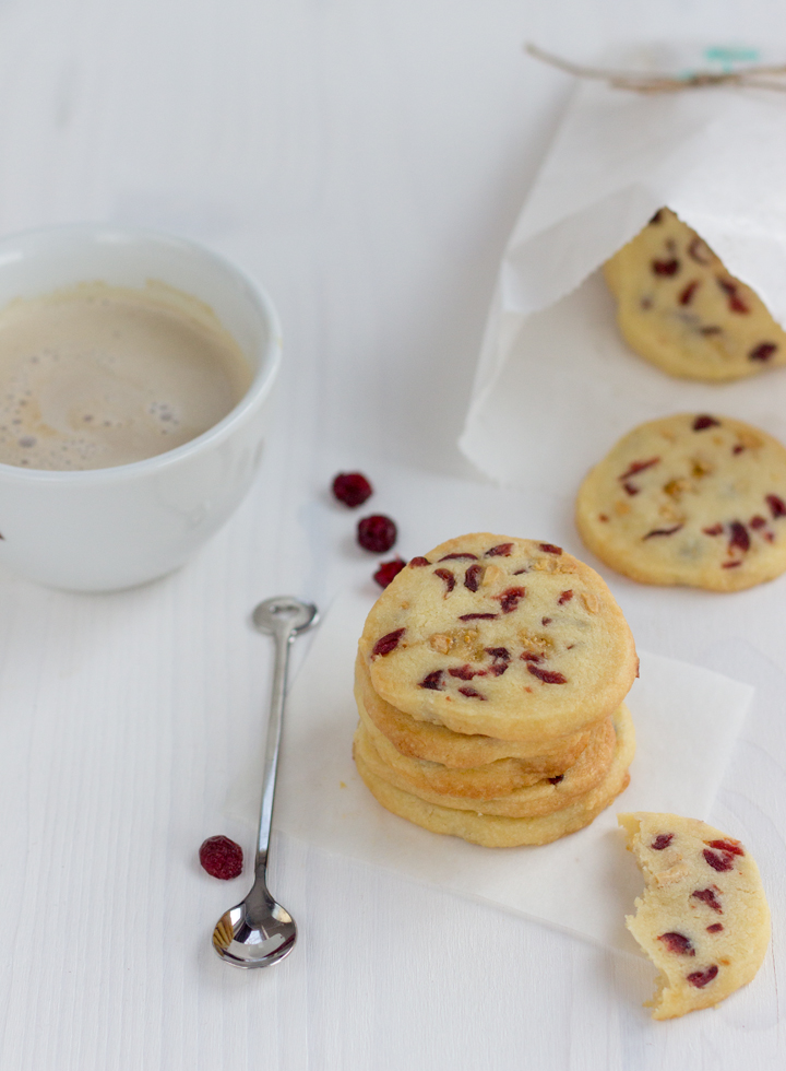 Cookies with redberries and almonds