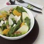 Спаначена салата с ябълки и орехи