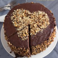 Торта с кафе, лешници и шоколадов ганаш
