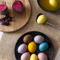 Великденски яйца боядисани с естествени материали