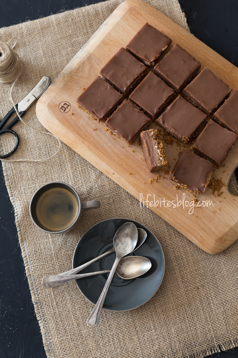 Шоколадови блокчета с бадеми и кокос