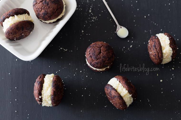 Брауни бисквити с кокосов пълнеж