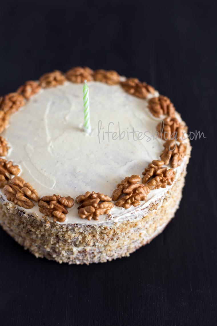 Торта с орехи, бял шоколад и кафе