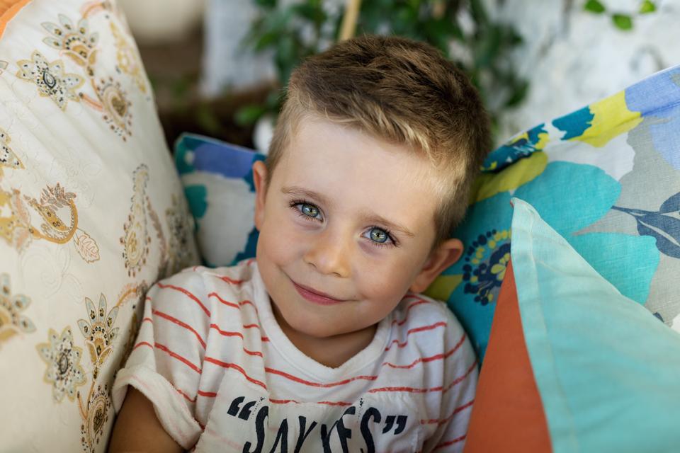 Момче с усмивка