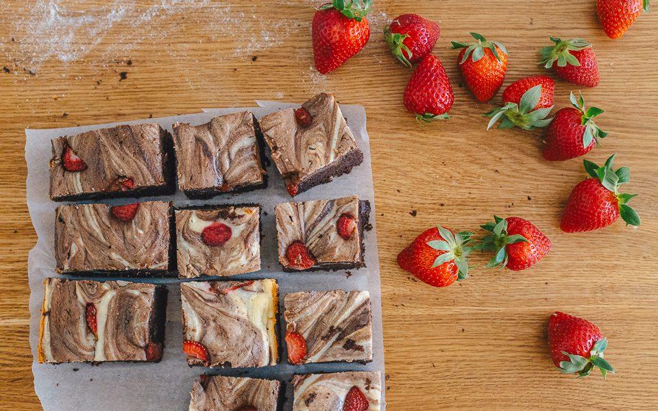 Какво чета и мраморно брауни с ягоди